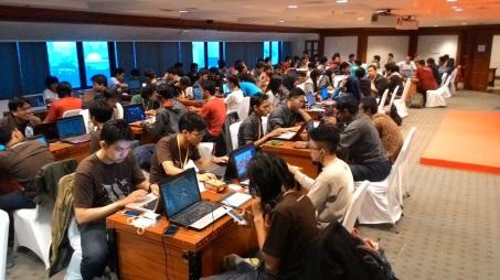 Kesibukan peserta Hackathon IWIC 8 yang mencapai lebih dari 100 orang.